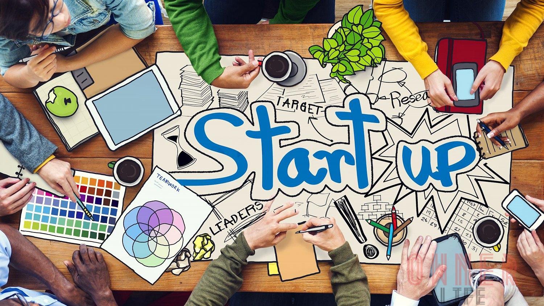shutterstock-com-startup-zacinaji-podnikatel-tym-porada-1